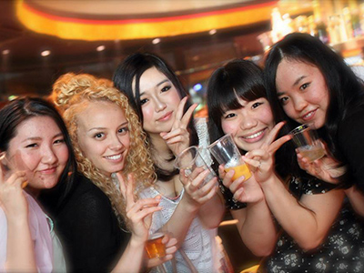 外国人と多様なパーティー